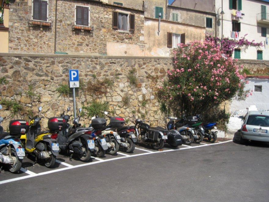 gro bild ein moped parkplatz in capoliveri findet den fehler. Black Bedroom Furniture Sets. Home Design Ideas